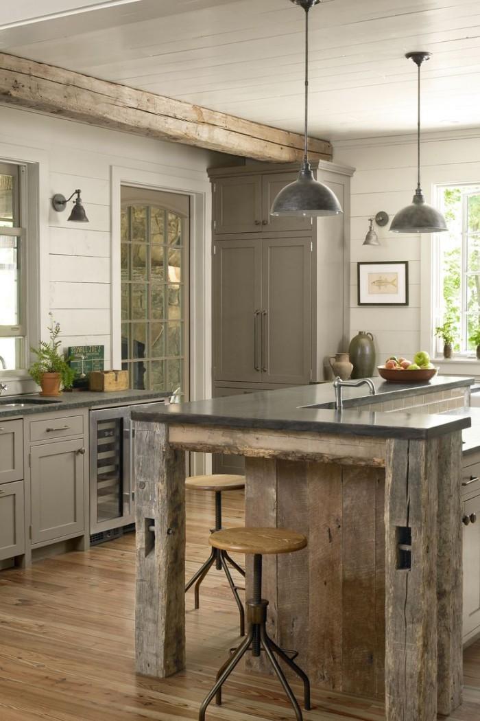Kücheninsel aus alten Holzplatten gebaut Hocher Holzbalken Holzboden