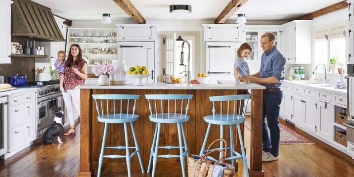 Kücheninsel davor drei Stühle in Himmelblau tolle Highlights