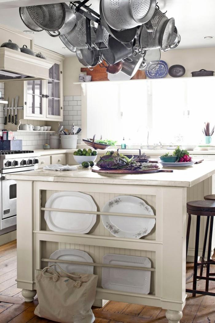 Kücheninsel in Küche im Landhausstil von der Decke hängende Pfannen und Töpfe
