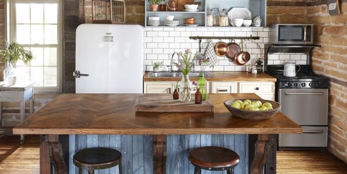 Kücheninsel mit Platte aus dunklem Holz Metro Fliesen Küche in Vintage Style