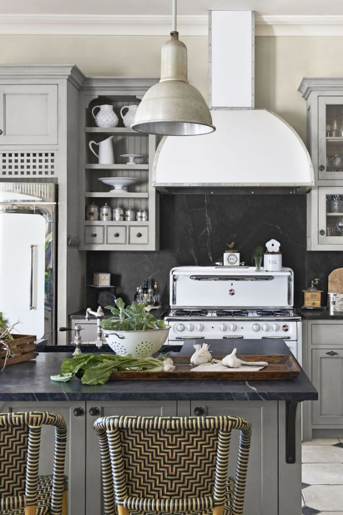 Kücheninsel mit dunkler Platte Küche im Landhausstil
