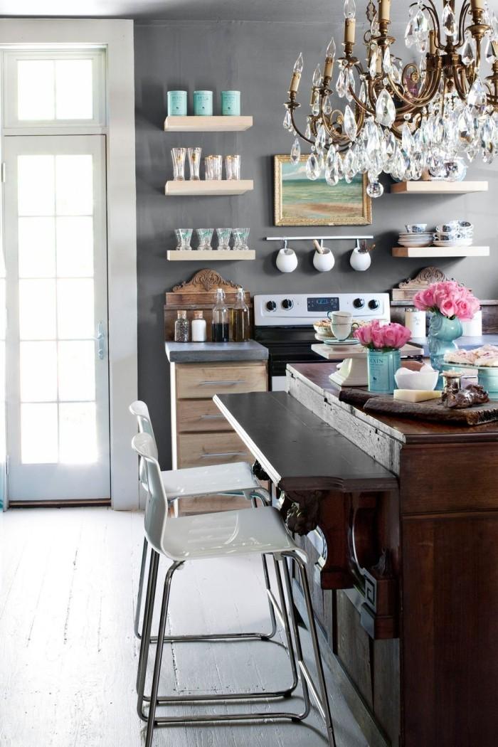 Kücheninsel plus Platte aus dunklem Holz zum Schreiben zwei weiße Stühle
