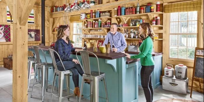 Kücheninsel viel Holz Ethno-Elemente warme Farben schaffen gemütliche Atmosphäre