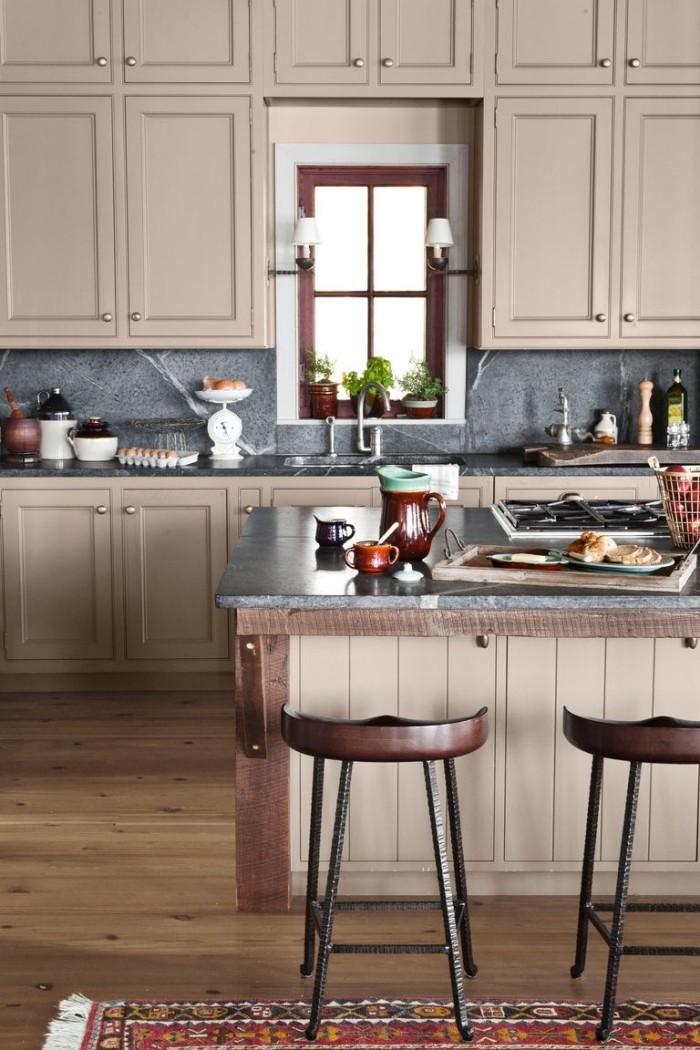 Kücheninsel warme Farben Hocker Holzboden Teppich