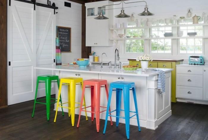 Kücheninsel weiße Küche bunte Stühle Highlights