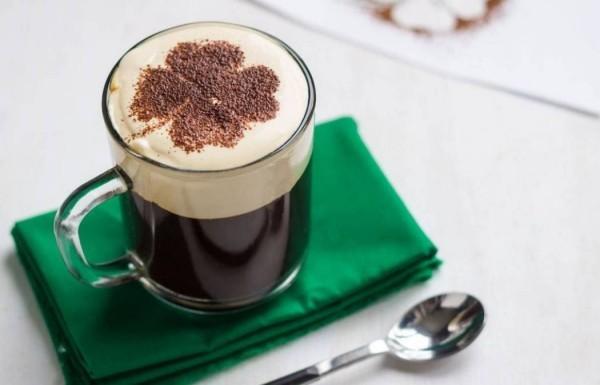 Kaffee trinken Irischer Kaffee für Feinschmecker
