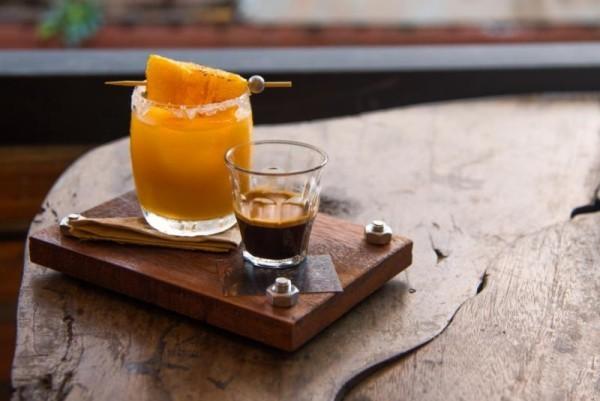 Kaffee trinken auf Jamaika mit Orangensaft serviert