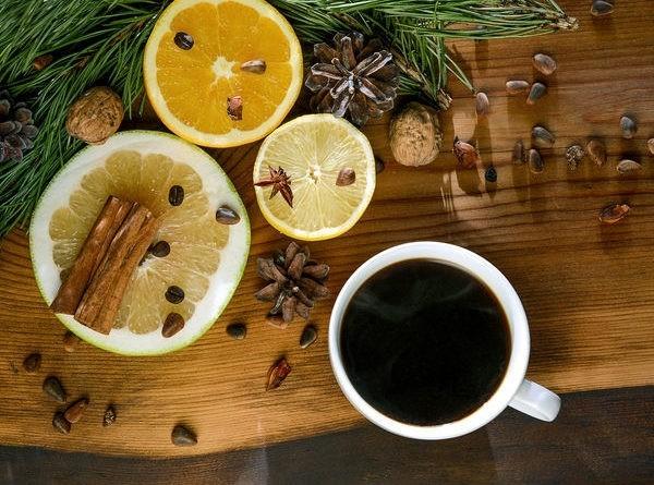 Kaffee trinken im Winter durch Gewürze und Zitrone verfeinert