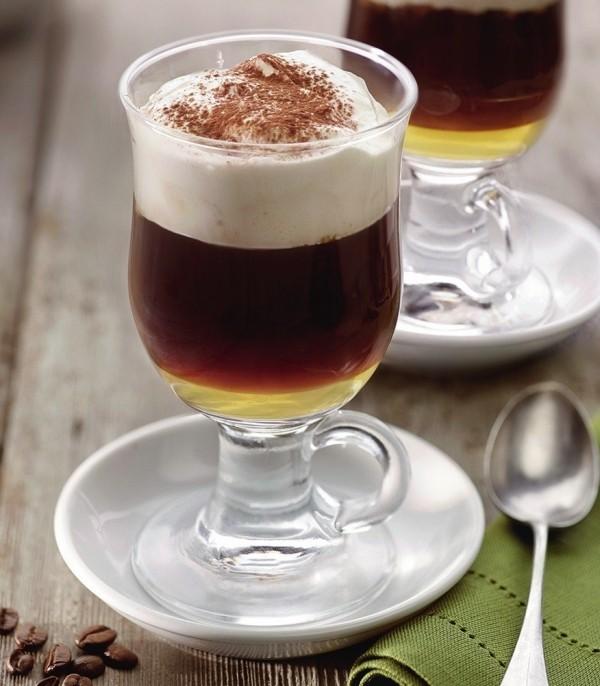 Kaffee trinken in Österreich Pharisäer Mokka im Glas mit Schlagsahne