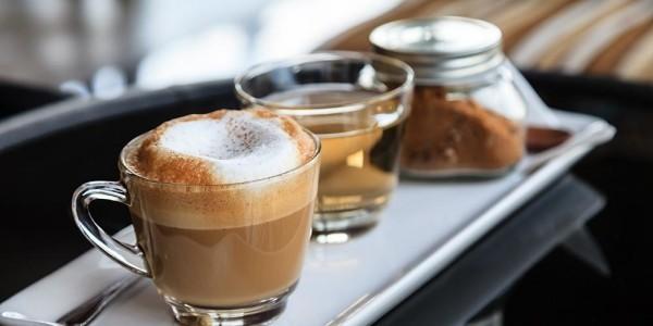 Kaffee trinken in Australien Flat White Cappuccino mit Milchschaum
