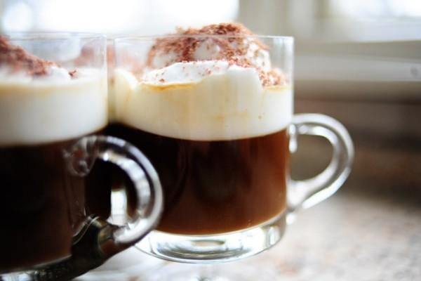 Kaffee trinken in Spanien mit schaumig geschlagener Kondensmilch