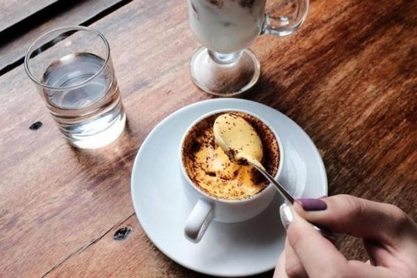 Kaffee trinken in Vietnam mit geschlagenem Eigelb und Kondensmilch