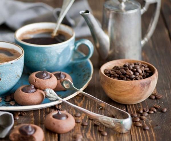 Kaffee trinken mit Gewürzen und Pfeffer in Marokko