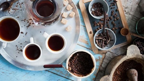 Kaffee trinken stark gewürzt im Nahen Osten