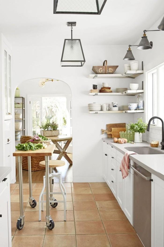 Kleine Kücheninsel auf Rollen leicht umzustellen