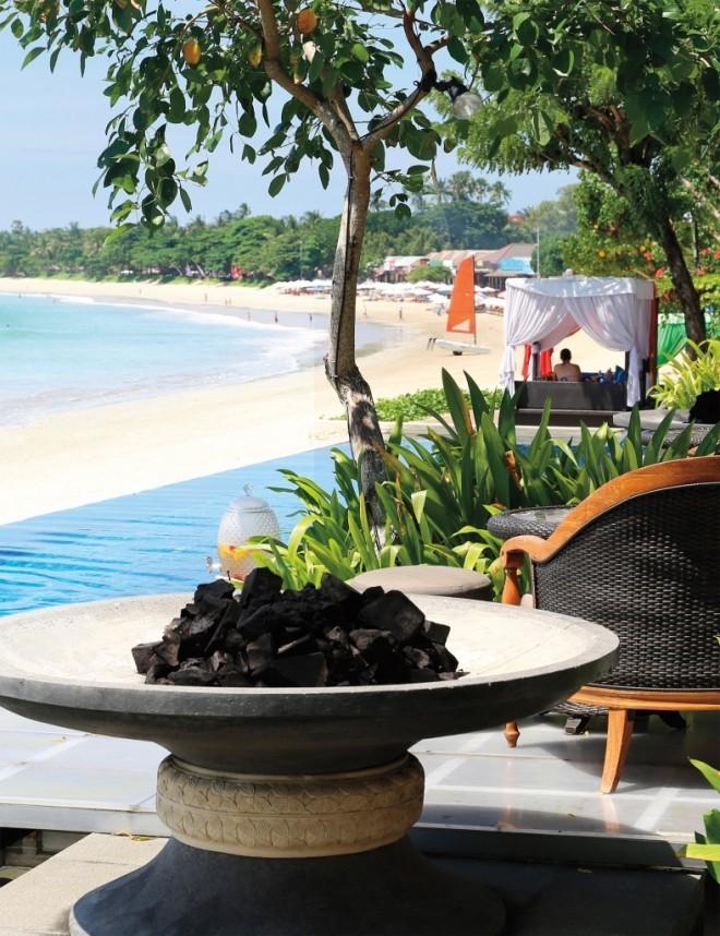 Reiseziele 2019 Restauranttisch aus Stein neben dem Strand auf den Seychellen