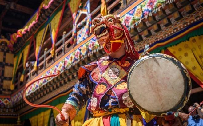 Reiseziele 2019 buddhistischer Mönch bunte Gesichtsmaske tanz beim Paro Tsechu Festival
