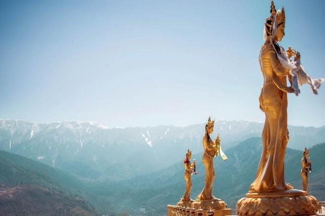Reiseziele 2019 vergoldete Figuren buddhistische Gottheiten in Thimphu Bhutan