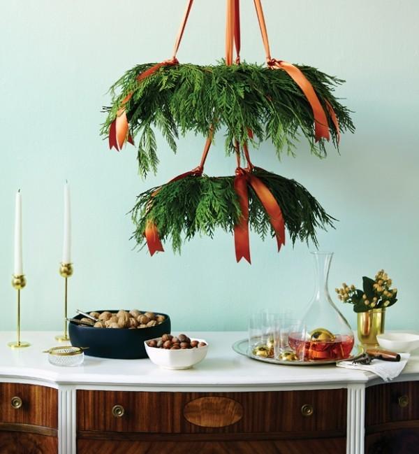 Weihnachtskranz Kronleuchter Hingucker über dem Beistelltisch üppiges Grün orangenfarbene Satinschleifen