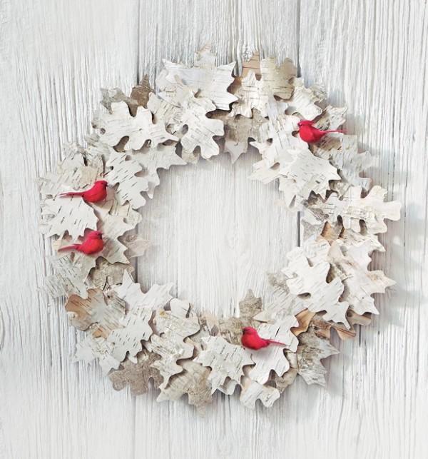 Weihnachtskranz aus Birkenrinde Blätter kleine rote Vögel