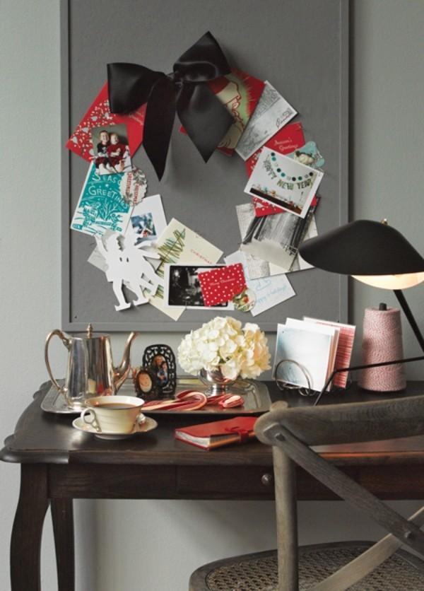 Weihnachtskranz aus Grußkarten in der Küche
