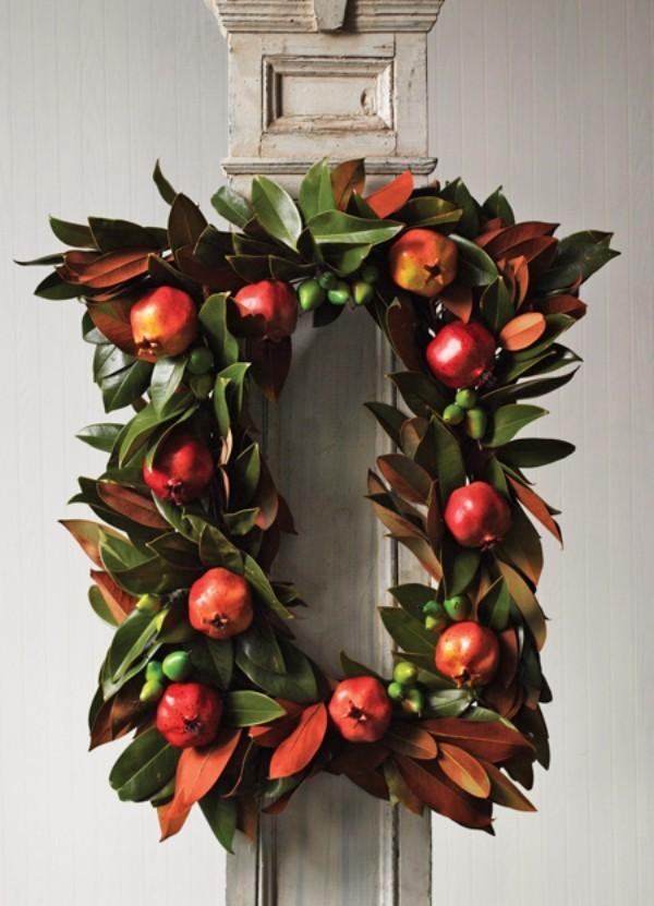 Weihnachtskranz aus Magnolienzweigen mit Granatäpfeln geschmückt