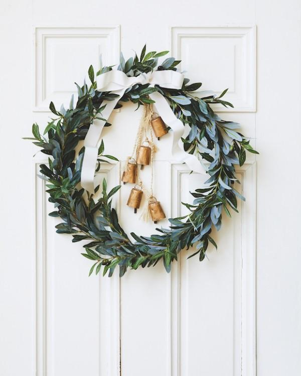 Weihnachtskranz aus Olivenzweigen gebastelt Haustür schmücken