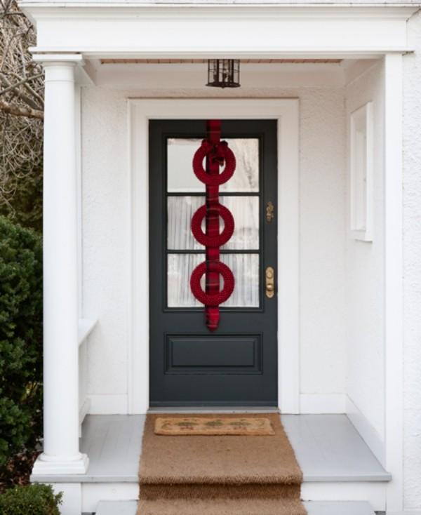 Weihnachtskranz drei rote Kreise auf kariertem Band Akzent draußen an der Haustür