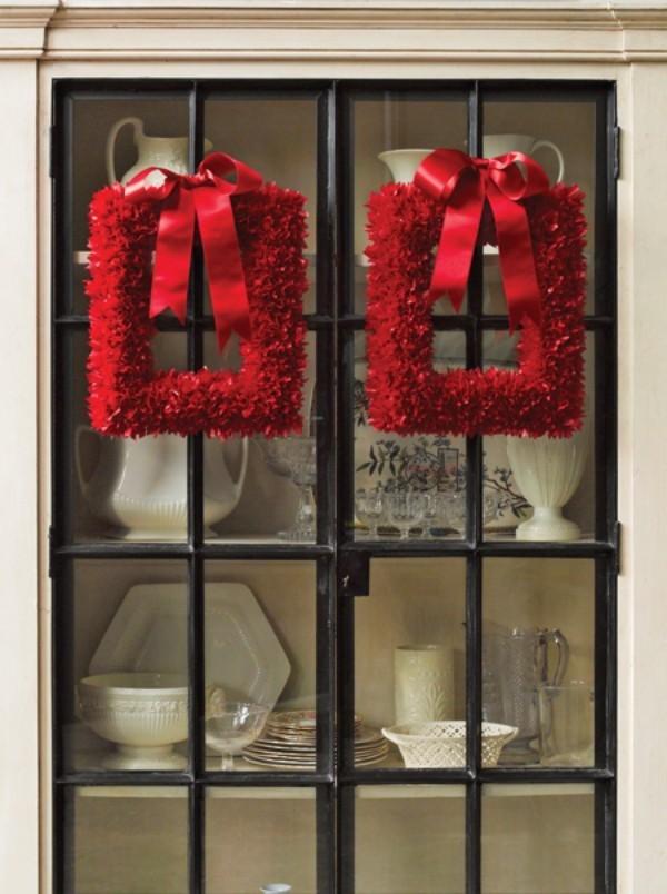 Weihnachtskranz rote quadratische Kränze am Esszimmerschrank hängen