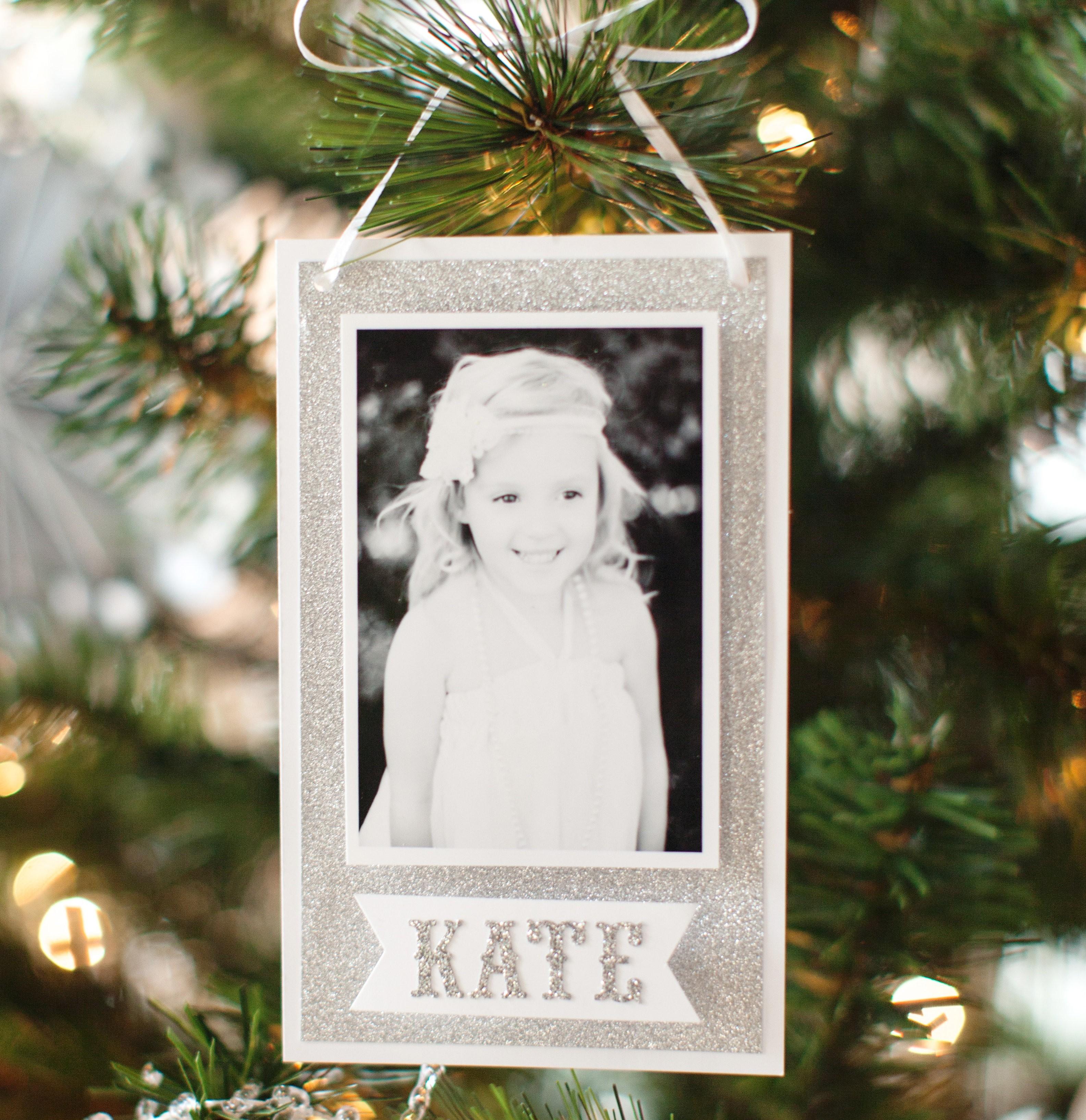 bild am weihnachtsbaum foto geschenke