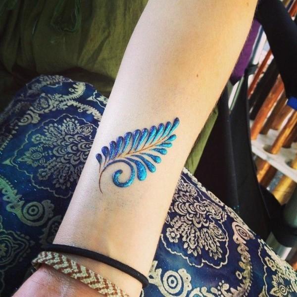 blaue feder glitzer henna tattoo ideen