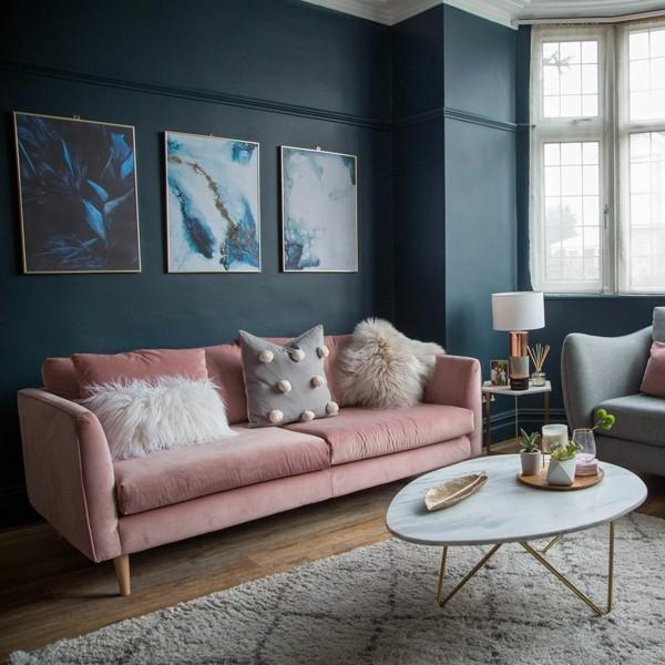 dunkelblaue wandfarben ideen wohnzimmer pastellfarbe rosa couch