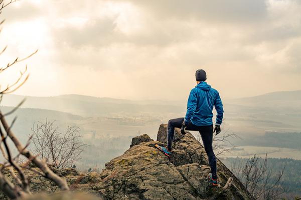 eine person am berg und gesundes leben