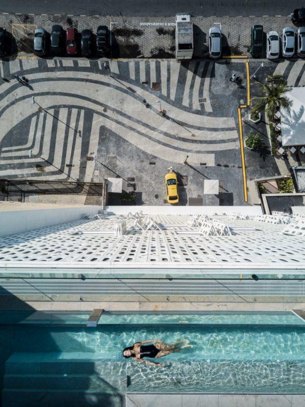 emiliano architektur mit parkplatz daneben