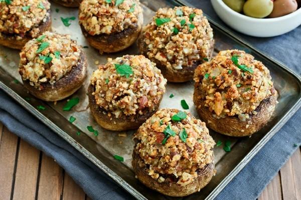 fingerfood rezepte überbackene pilze mit schimmelkäse und nüssen