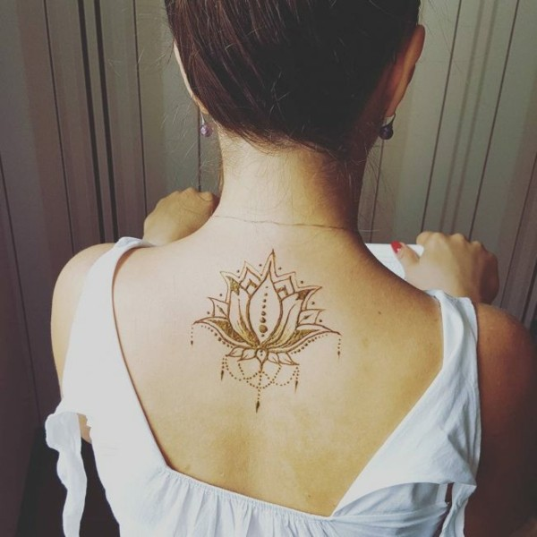 lotus tattoo ideen henna rücken