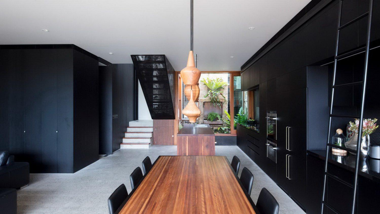 moderne inneneinrichtung kombination aus holz und schwarze wände