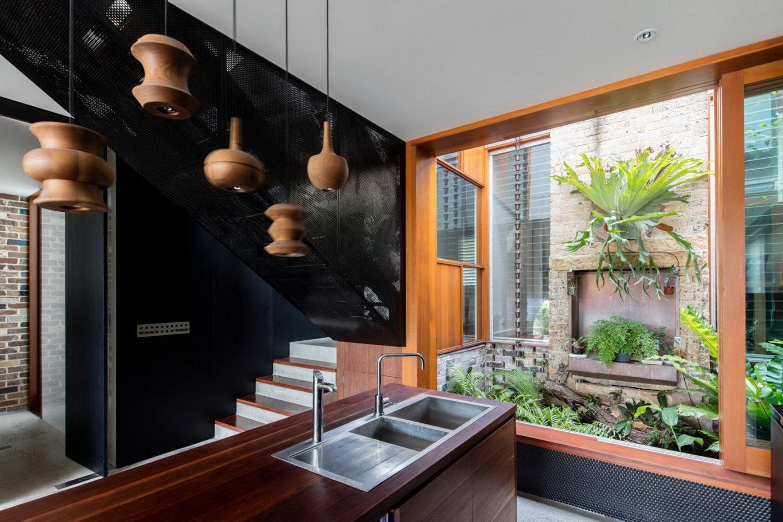 moderne inneneinrichtung tolle kücheninsel und einsicht in den garten