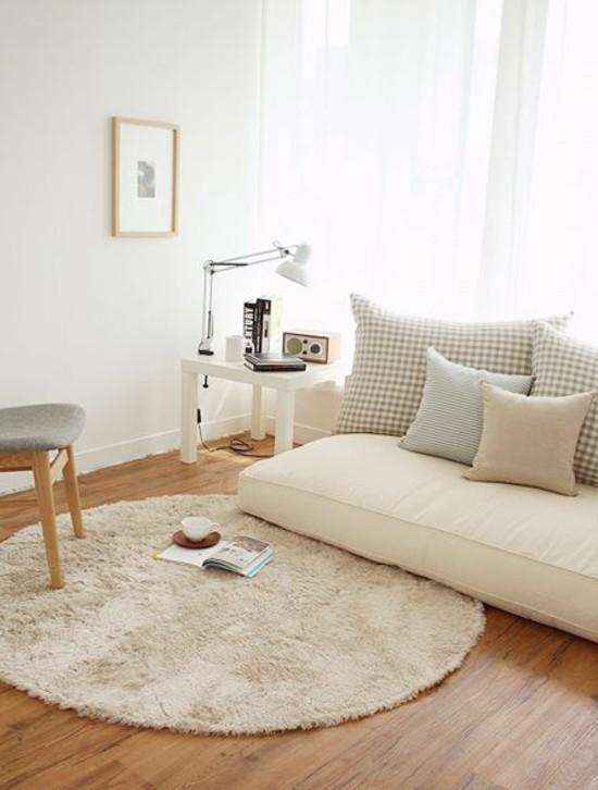 neutrale töne wohnzimmer bodenkissen couch