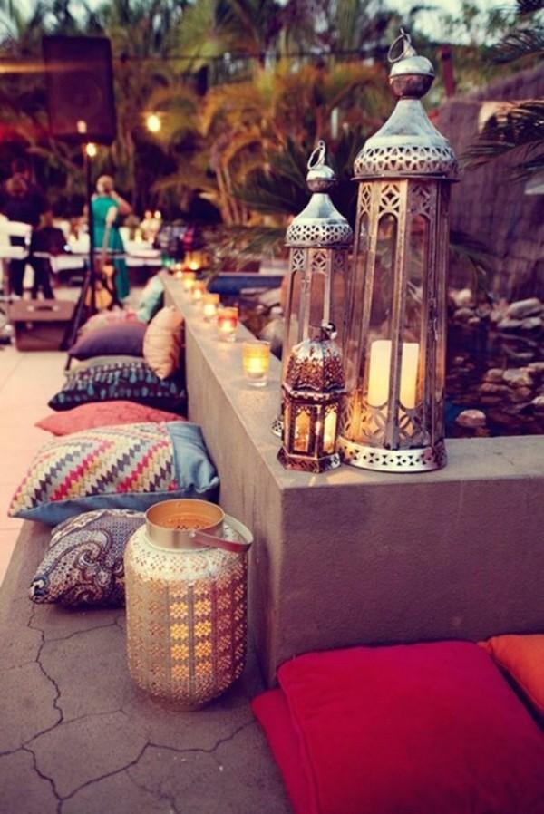 orientalisch einrichten terrasse dekokissen metallene laternen