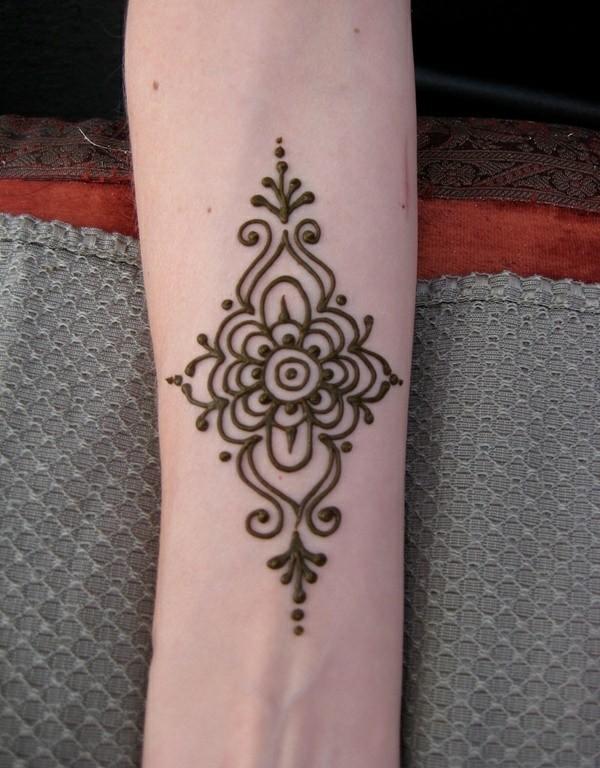 tattoo ideen mit henna blume unterarm