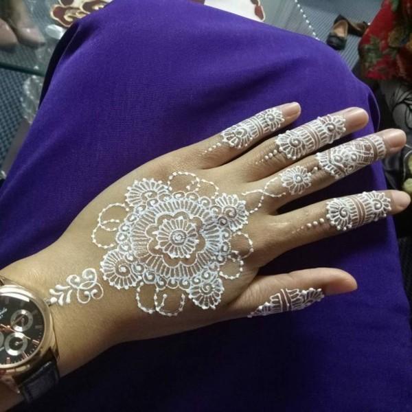 weiße henna schnöne blume tattoo ideen