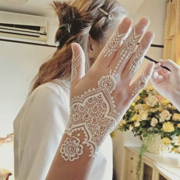 weiße henna tattoo idee hand