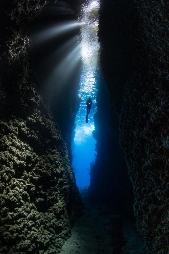"""2018 Ocean Art Contest HM Wu Yung Sen """"Hanging in Leru"""", Tauchersilhouette in Leru Cut, Solomon Islands"""