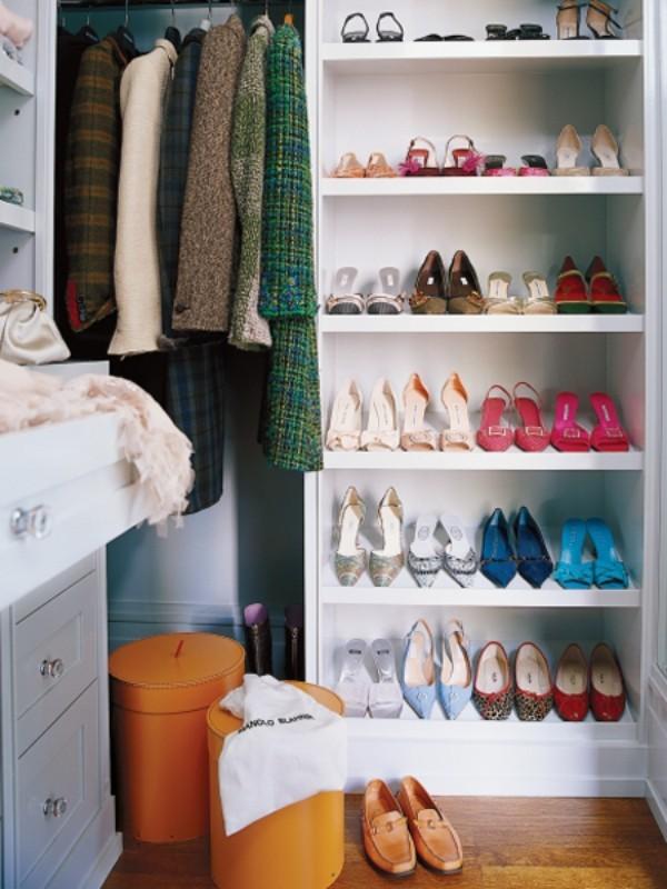 Begehbarer Kleiderschrank Schuhe auf Regalen ordnen