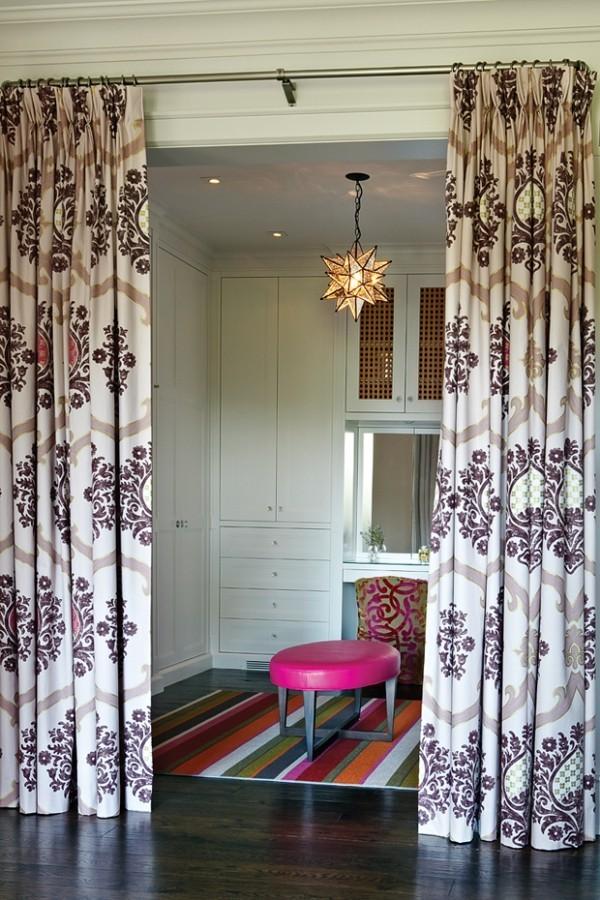 Begehbarer Kleiderschrank Teppich gute Beleuchtung hinter Gardinen