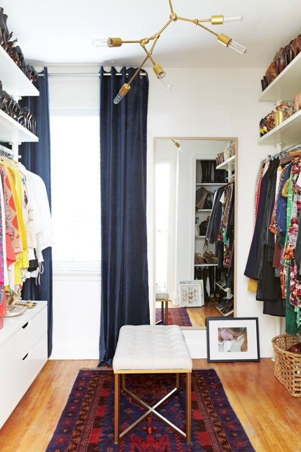Begehbarer Kleiderschrank etwas bunter geordnet Teppich Bild