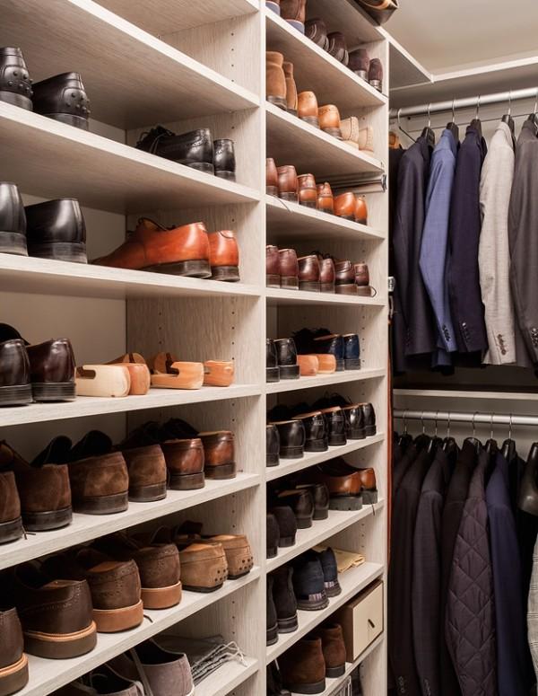 Begehbarer Kleiderschrank für einen Mann Schuhregal