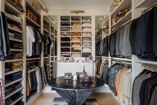 Begehbarer Kleiderschrank für einen Mann seine Kleidungsstücke Schuhe