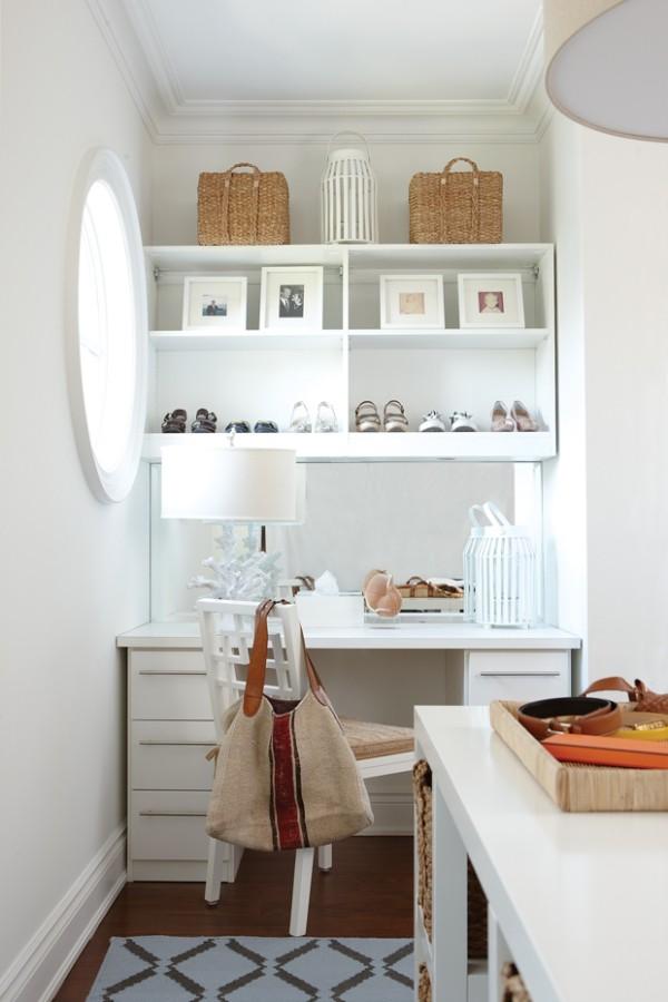 Begehbarer Kleiderschrank in Weiß aufgeführt viel Tageslicht